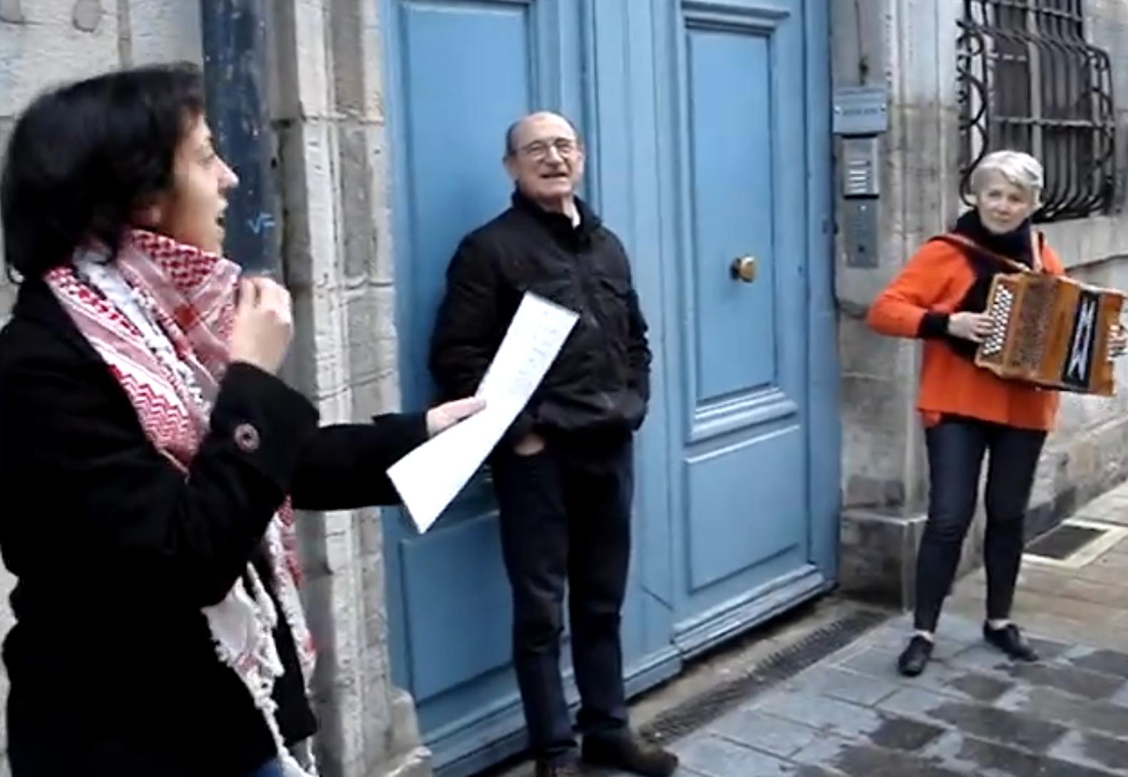 Besançon. Une jeune syrienne et une accordéoniste bisontine jouent et chantent rue des Granges