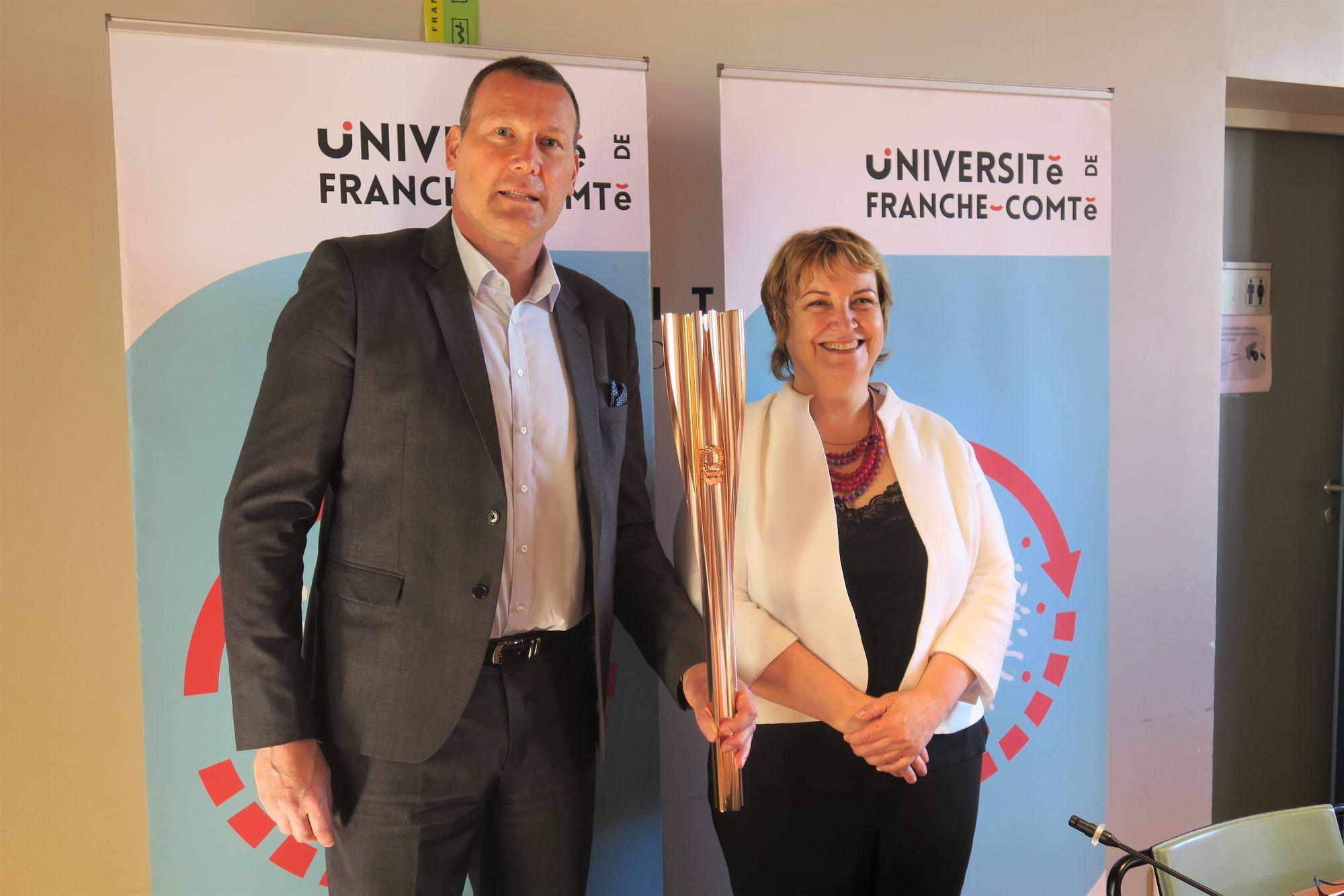 Besançon - La torche olympique à l'Université de Franche-Comté